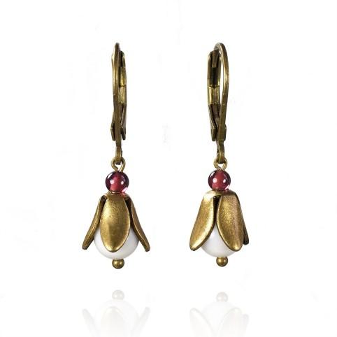 Boucles d'oreilles pendantes petites fleurs - agate blanche et grenat - dormeuses bronze