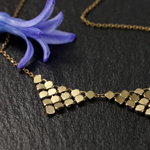 Collier chaîne bronze et triangles en cotte de maille