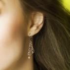 Boucles d'oreilles Soledad - dormeuses ajourées bronze avec petites perles de culture roses