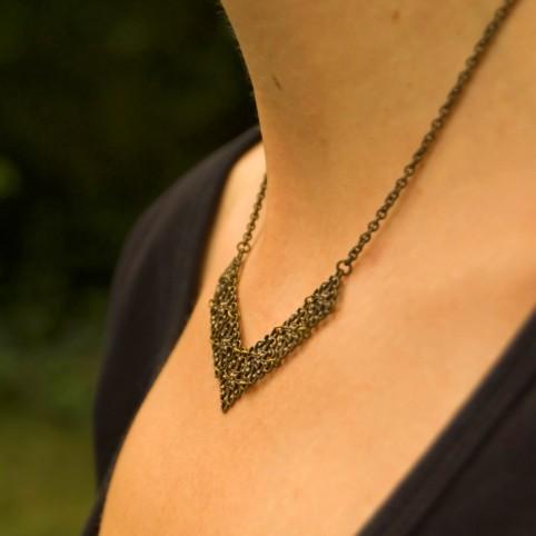Victoire - Collier en V bronze ajouré