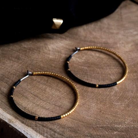Créoles noires et or en titane pur et perles de verre - boucles d'oreilles hypoallergéniques