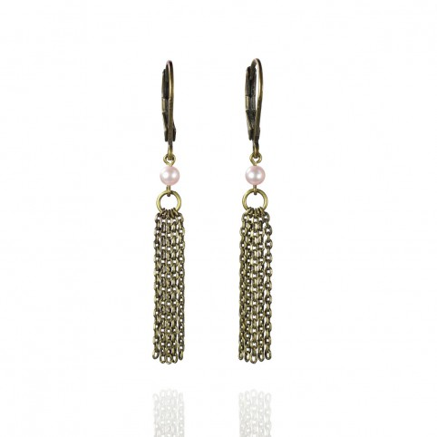Delicate and fluid earrings, with tiny pink cultured pearls and thin antique brass chains - Rivière salée